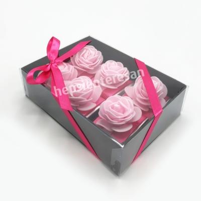 karton kutuda pembe çiçekli çikolatalar