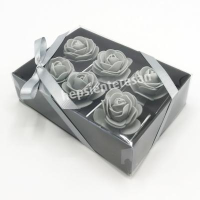 karton kutuda gri çiçekli çikolatalar