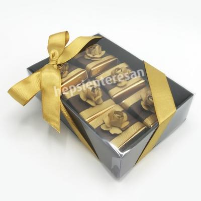 karton kutuda altın çiçekli çikolatalar