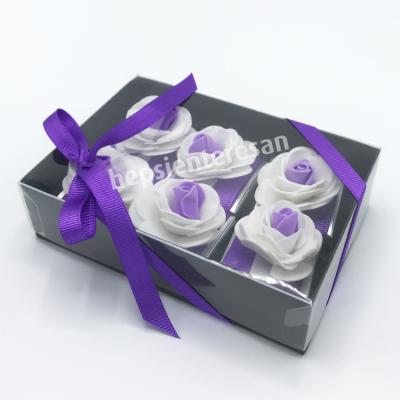 karton kutuda mor çiçekli çikolatalar