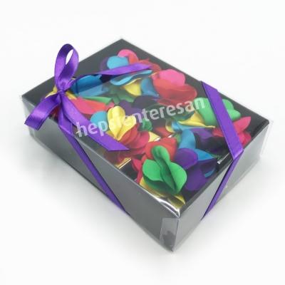 karton kutuda renkli çikolatalar