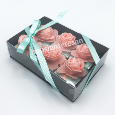 karton kutuda yavruağzı çiçekli çikolatalar