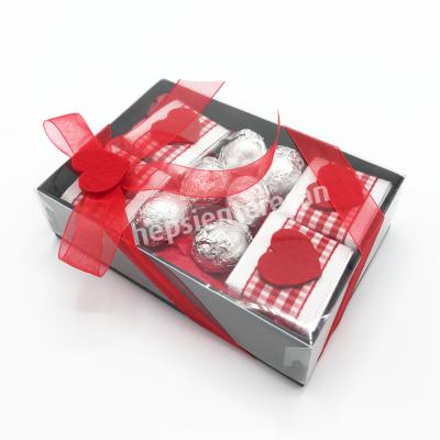 sevgiliye karton kutuda çikolatalar