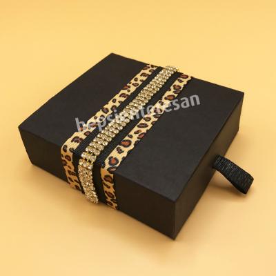 karton kutuda taşlı çikolatalar