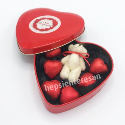 kalp kutuda ayıcık ve kalp çikolatalar