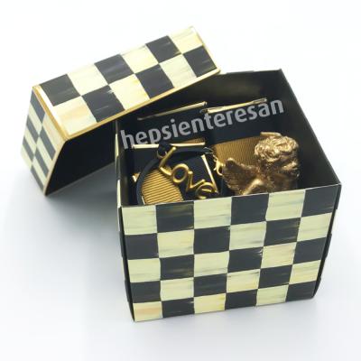 damalı kutuda bileklikli set