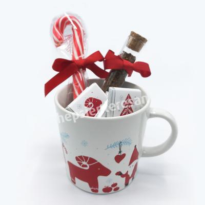 yılbaşına özel tasarım kupada kahve ve çikolatalar