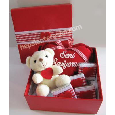 kırmızı kutuda çikolatalı ayıcık