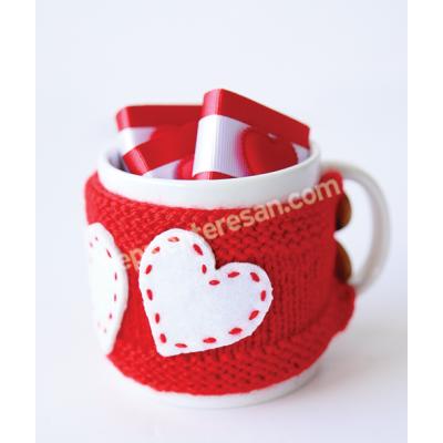 çikolatalı kırmızı kalpli örgü kupa